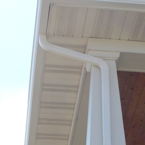 We proudly offer a seamless aluminum gutter system with hidden Brute hangers.